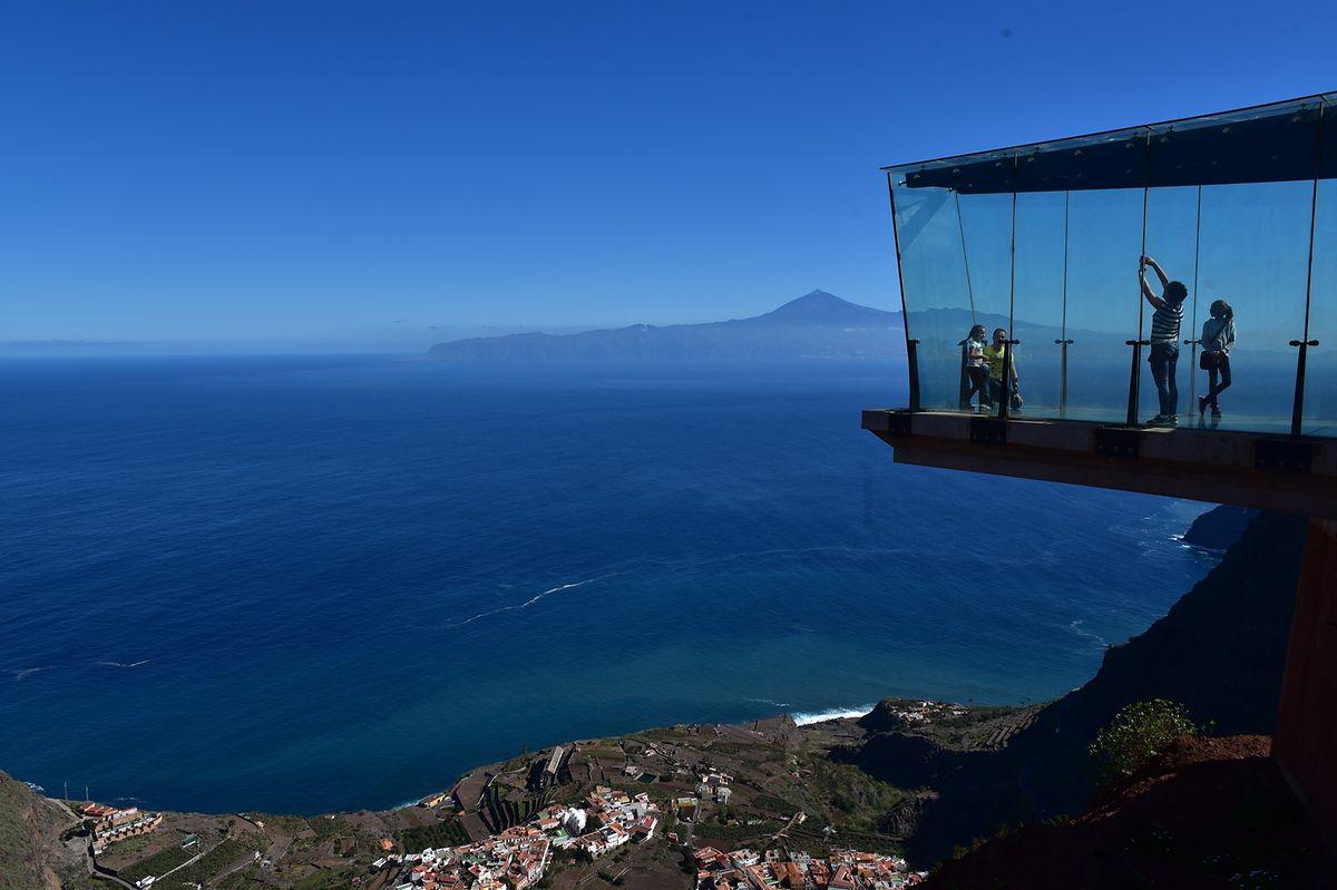 Blick vom Mirador de Abrante auf den Atlantik und den Vulkan Teide auf Teneriffa. Dieser Aussichtspunkt befindet sich ganz in der Nähe vom Besucherzentrum des Nationalparks Garajonay.