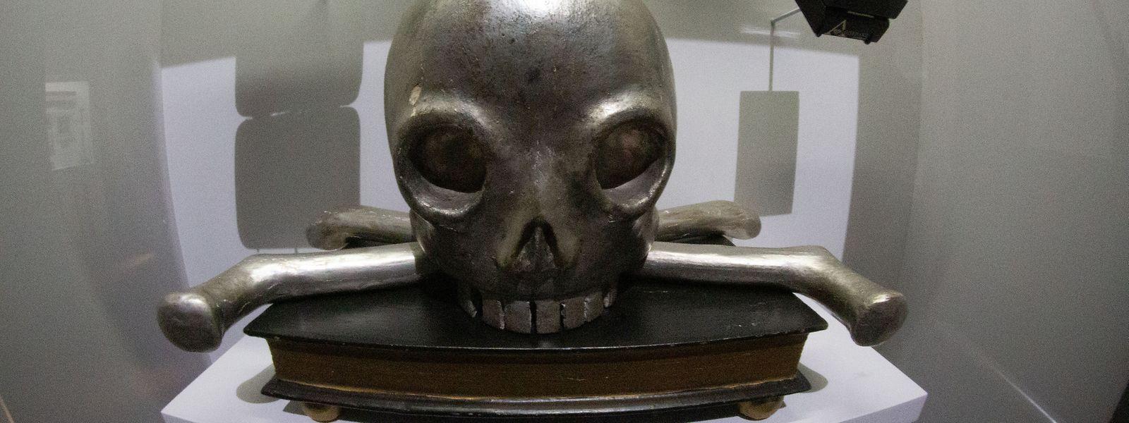 Der versilberte Totenschädel stammt aus dem 19. Jahrhundert.