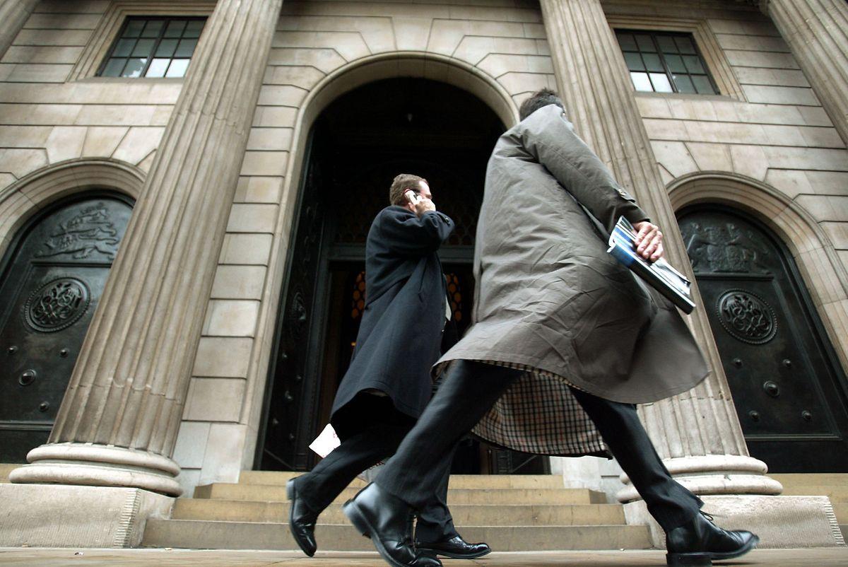 Banker vor der Londoner Börse auf dem Weg ins Büro.