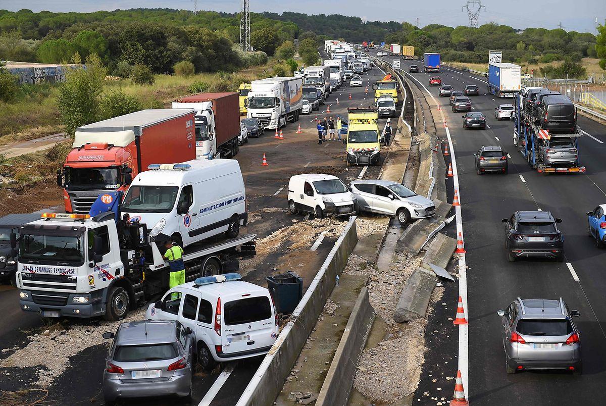 Auf der Autobahn A9 bei Bernis kam es infolge von Starkregen zu Auffahrunfällen.