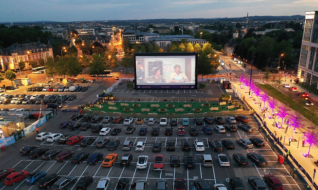 Cars lined up in front of the big screen at the Glacis in Luxembourg City during last year's Kino um Glacis event