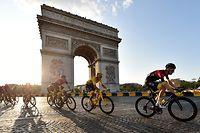 ARCHIV - 28.07.2019, Frankreich, Paris: Radsport: UCI WorldTour - Tour de France Rambouillet - Paris (128,00 km), 21. Etappe. Egan Arley Bernal Gomez (2.v.r.) aus Kolumbien von Team Ineos im Gelben Trikot des Gesamtführenden fährt am Arc de Triomphe vorbei.  (zu dpa: «Radsport: Tour de France, Was eine Tour-Absage für den Radsport bedeuten würde») Foto: Pa Wire/PA Wire/dpa +++ dpa-Bildfunk +++