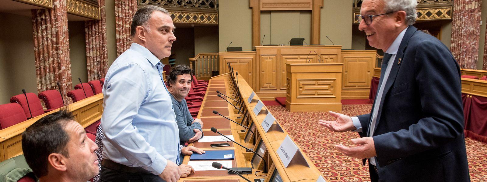 Si le ministre Gramega (à droite) reconnaît le bien-fondé de la pétition pour l'équité fiscale des célibataires, il s'oppose à un changement de classe.