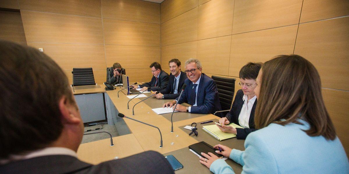 Pierre Gramegna à son arrivée devant la Commission parlementaire des Finances. A sa droite le président de la Commission Eugène Berger, à sa gauche Isabelle Goubin, directeur du Trésor.