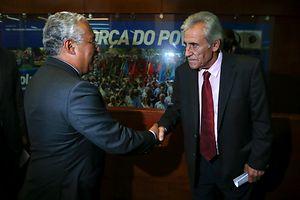 Os lideres dos Partido Socialista e Comunista Português , Antõnio Costa e Jernimo de Sousa respectivamente, no final do encontro na sede do PCP