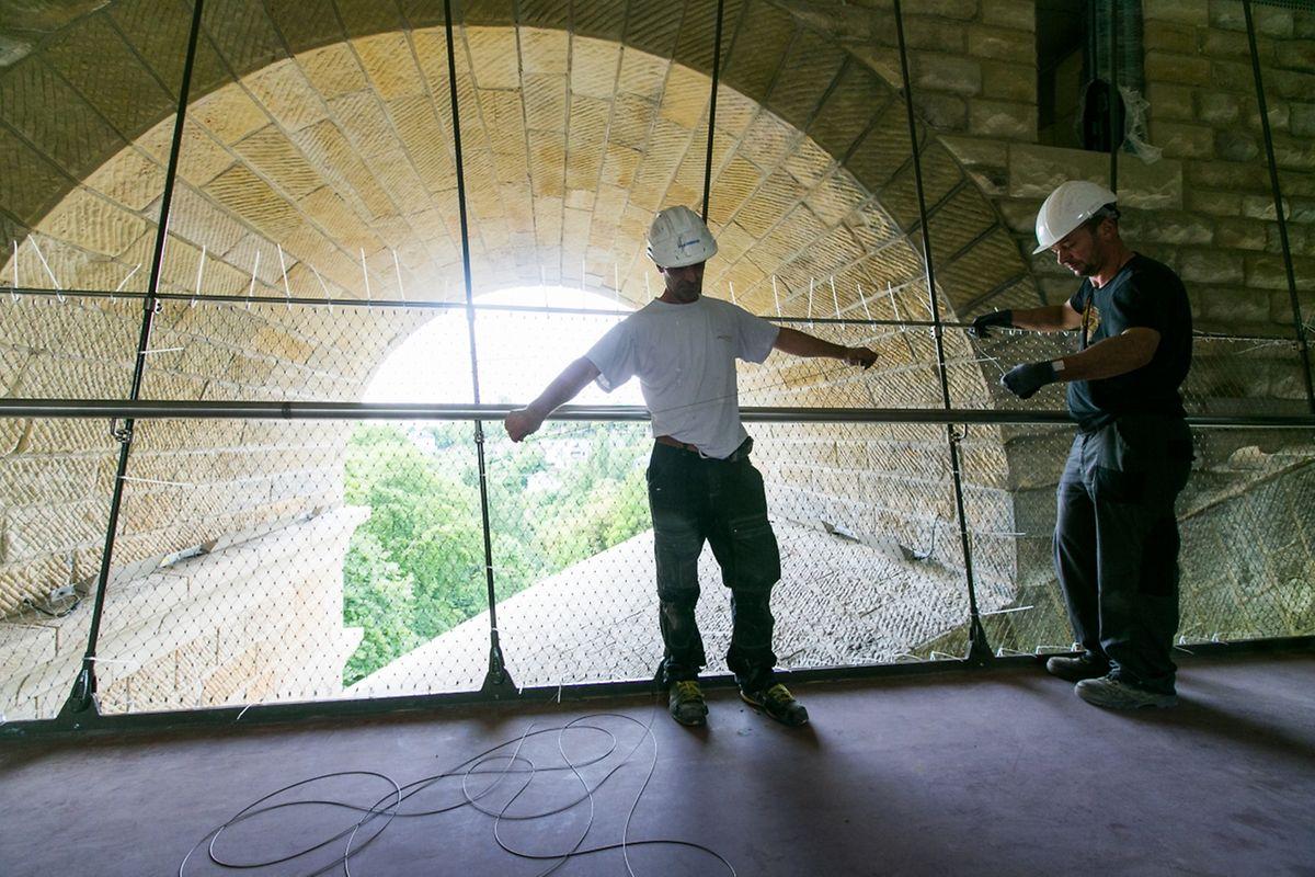 """Von der Hängebrücke aus können die wunderbar renovierten Steine der """"Nei Bréck"""" in Augenschein genommen werden."""