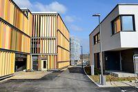 Das Wohnviertel Elmen in der Gemeinde Kehlen wird mit zentralen Parkhäusern (links) für bis zu 200 Fahrzeuge ausgestattet. Neun Musterhäuser (rechts) können besichtigt werden. Mitte Juni 2022 sollen in Elmen die ersten Bewohner einziehen können.
