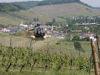 L'hélicoptère pulvérise des produits phytosanitaires sur les vignes en Moselle.