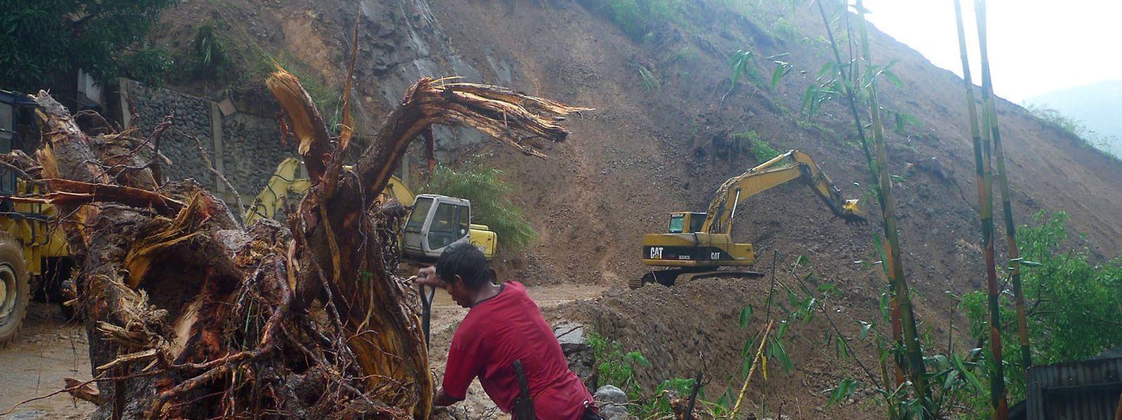 Der Sturm kappte Überlandstromleitungen und riss Strommasten und Bäume um. In einigen Gebieten fiel der Strom aus, Straßen und Brücken waren den Behörden zufolge zum Teil unpassierbar.