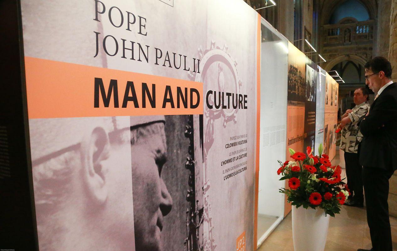 """Die Ausstellung, die zusammen mit der polnischen Botschaft sowie den Vereinigungen """"JP2 1920-2020"""" und """"Family Home of John Paul II"""" auf die Beine gestellt wurde, wurde im Rahmen des 100. Jahrestags der Unabhängigkeit Polens, des fünften polnischen Kulturfestivals sowie der Eröffnung der Oktave organisiert."""