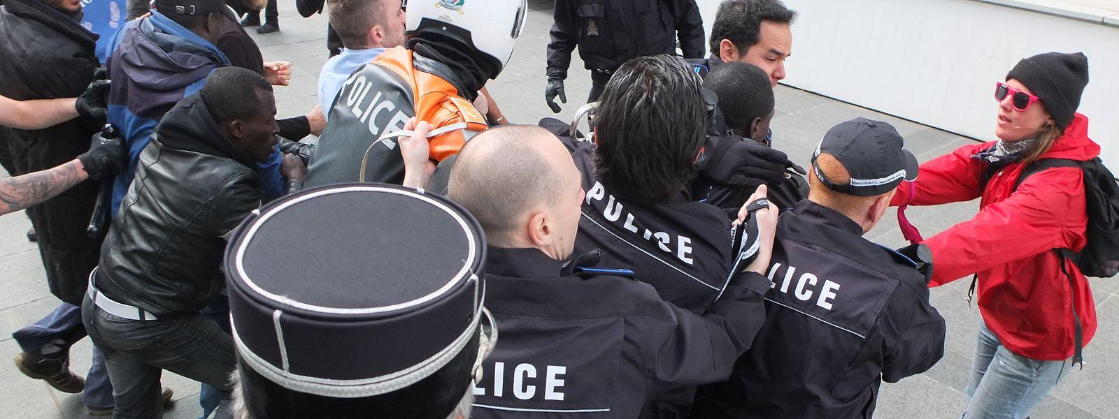 Als die Polizei einzelne Angreifer festnehmen wollte, setzten diese sich heftig zur Wehr.