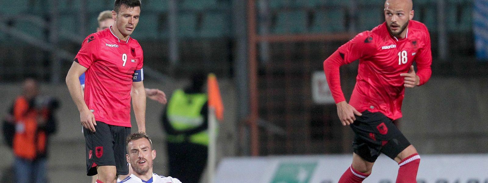 Aurélien Joachim und die Luxemburger kassierte eine 0:2-Niederlage gegen Albanien um Ledian Memushaj (l.) und Arlind Ajeti.