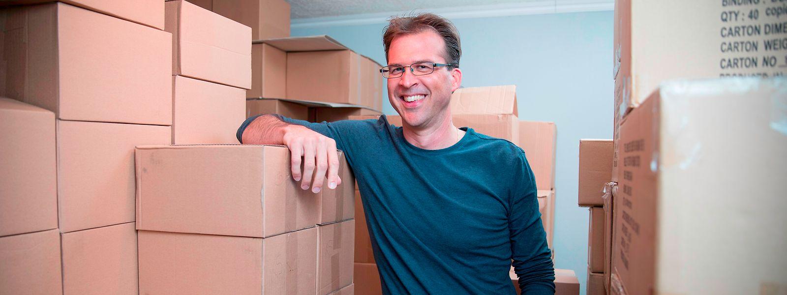 Luc Marteling inmitten von Bücherkartons.