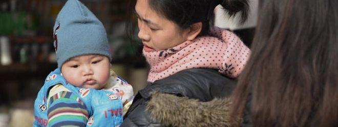 Eine Mutter mit ihrem Kind in Shanghai.