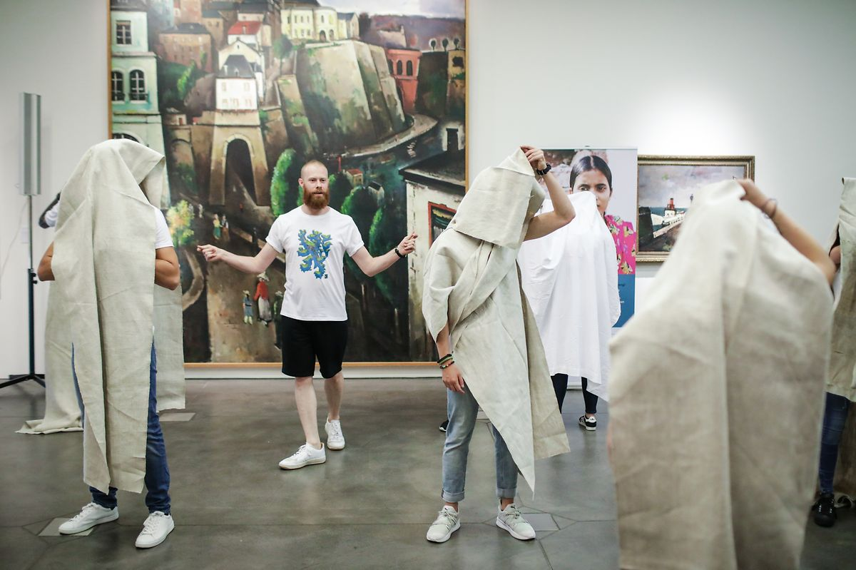 Beginn der Präsentation: Jacques Schneider gibt seinen Models das Signal, ihre Shirts zu zeigen.