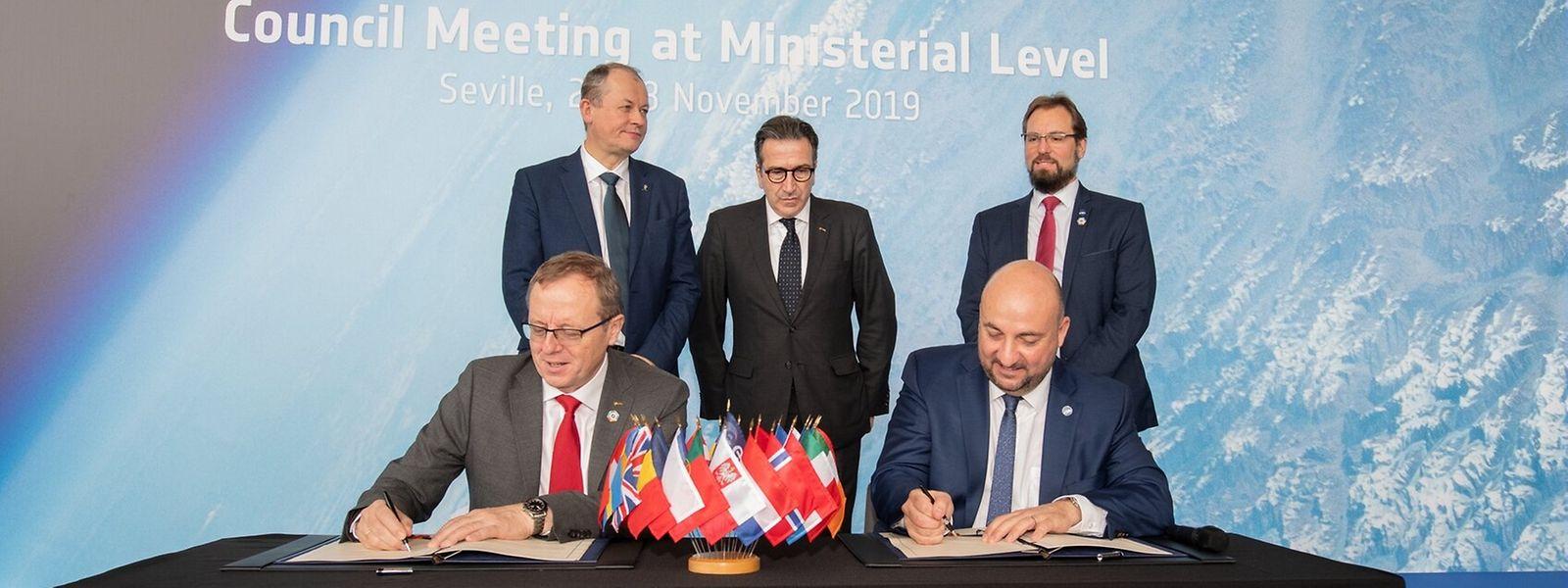 Étienne Schneider, à direita, no momento da assinatura do acordo.