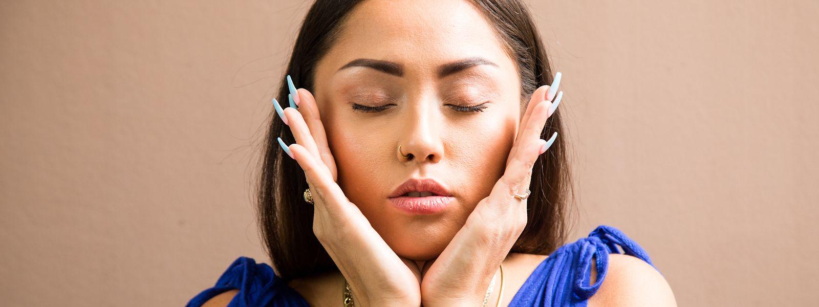 Gesichtsyoga soll Entspannung bringen - und vielleicht noch mehr. Experten warnen aber vor übersteigerten Erwartungen.
