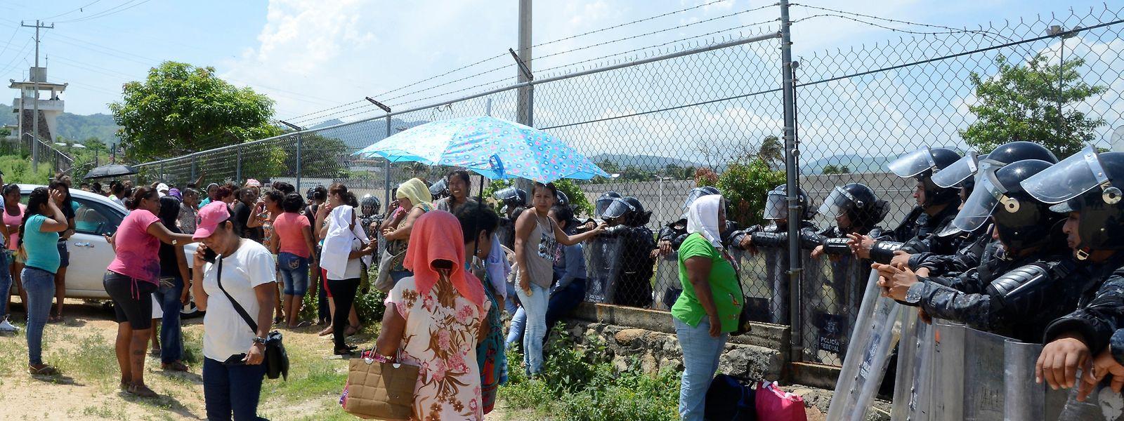 Angehörige der Gefängnisinsassen warteten vor dem Gefängnis auf Neuigkeiten.