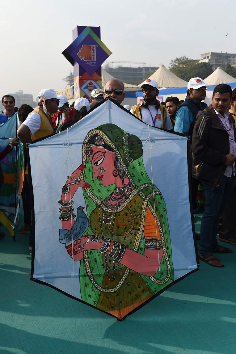 Ahmedabad. Bunte Drachen treffen sich in der indischen Stad am Sabarmati River.