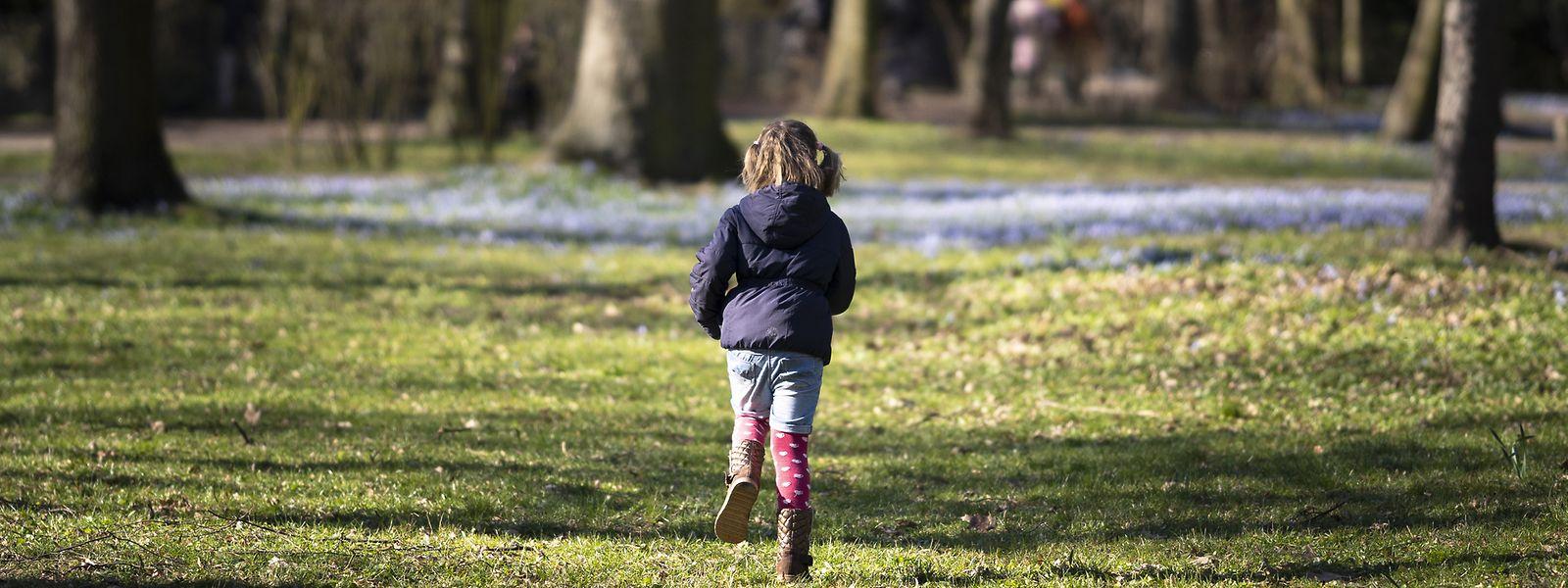 Wer ist als Erster hinten am Baum? Solche Spiele motivieren Kinder oft mehr als schnödes Spazierengehen.