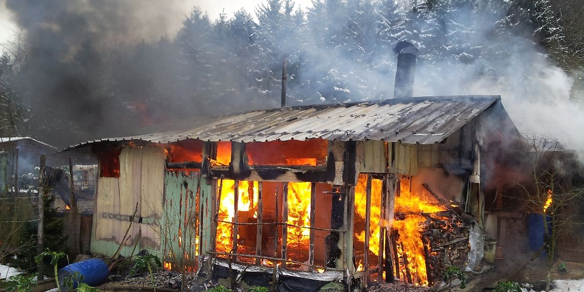 Schwarzer Rauch, helle Flammen - ein Bild der Verwüstung.