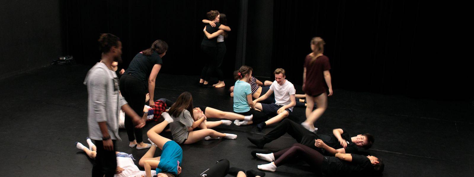 Aufwärmen für eine glaubwürdige Performance und Konzentration für einen starken Text finden: Jugendliche aus Luxemburg, Belgien, Deutschland und Liechtenstein proben in den Rotondes.