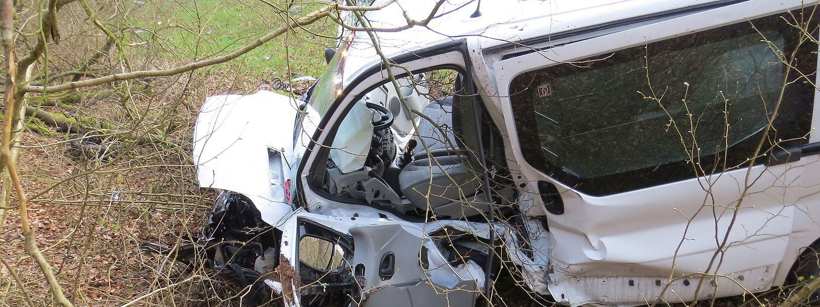 Der Fahrer des Lieferwagens wurde schwer verletzt.