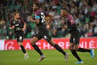Metz's Senegalese forward Habib Diallo (C) celebrates after scoring a goal with Metz's Malian midfielder Mamadou Fofana (R) during the French L1 football match between AS Saint-Etienne and FC Metz at the Geoffroy Guichard Stadium in Saint-Etienne, central France on September 25, 2019. (Photo by ROMAIN LAFABREGUE / AFP)