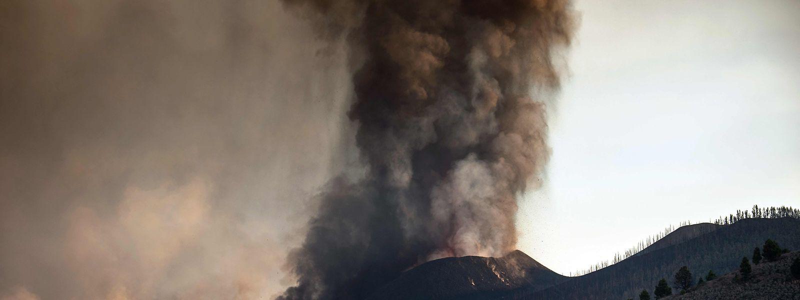 Der Vulkan Cumbre Vieja spuckt immer noch große schwarze Aschewolken in den Himmel.