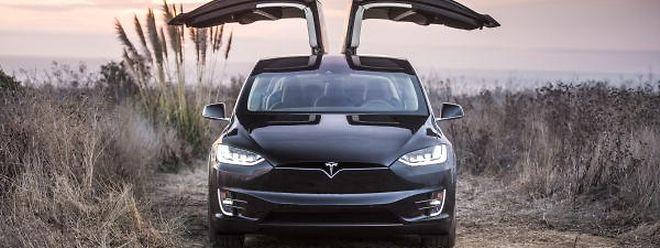 """Die """"Falcon Wing""""-Flügeltüren sind nicht nur das Markenzeichen des Tesla Model X. Sie benötigen auch weniger Platz zum Öffnen und bieten mehr Komfort beim Ein- und Aussteigen."""