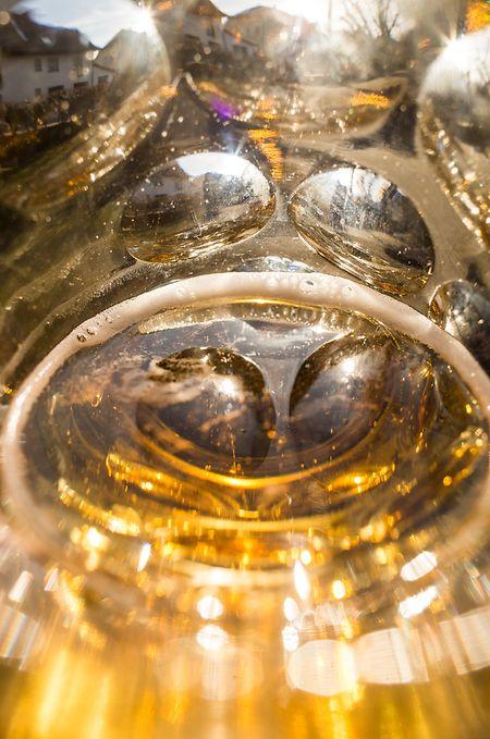 Die Welt mit anderen Augen zu sehen, dabei kann Alkohol eine Rolle spielen. Auf jeden Fall hilft der eigene Blick auf die Dinge bei der Entscheidung, ob das Glas nun halb voll, oder halb leer ist.