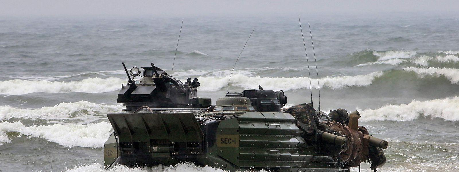 Ein amerikanisches Amphibienfahrzeug bei einer Übung in der baltischen See.