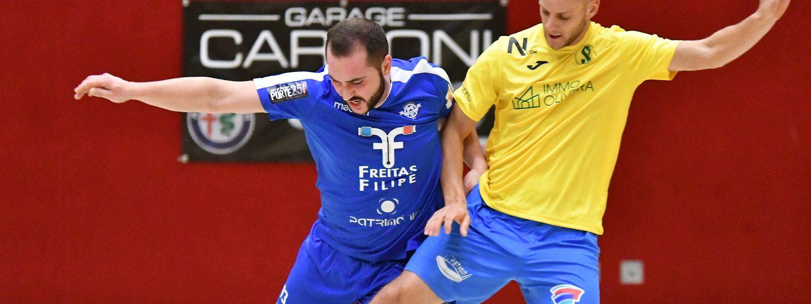 Claudio Lemos et l'US Esch (en bleu, à g.) ont émergé de justesse (2-3) face au Samba 7 Niederkorn de Thomas Luis (en jaune)