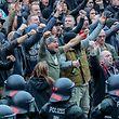 Ein Bild vom 27.08.2018 aus Chemnitz: Demonstranten aus der rechten Szene gestikulieren und drohen Gegendemonstranten Gewalt an.
