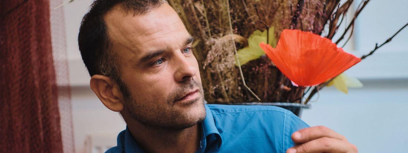 William Amor mit einer der von ihm kreierten Mohnblumen.