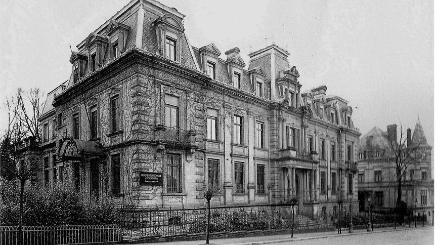 """Das """"Bâtiment Ancien Royal"""" der Banque Internationale à Luxembourg mit der Villa Gillard (rechts) im Jahr 1947."""