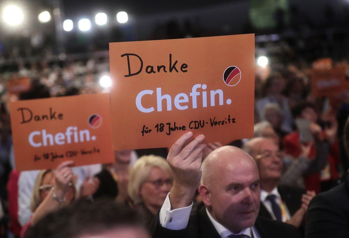 """Schilder mit der Aufschrift """"Danke Chefin"""" halten Delegierte nach der Rede Merkels in die Höhe."""