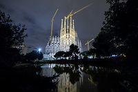 """ARCHIV - 18.08.2017, Spanien, Barcelona: Die römisch-katholische Basilika La Sagrada Familia ist vor dem Abendhimmel zu sehen. Nach 137 Jahren dürfen Architekten, Ingenieure und Bauarbeiter an der bis heute unvollendeten Basilika Sagrada Familia in Barcelona endlich werkeln, ohne das Gesetz zu brechen. Das Lebenswerk des legendären Architekten Antonio Gaudí (1852-1926) erhielt erstmals eine offizielle Baugenehmigung, wie spanische Medien am Wochenende unter Berufung auf die Verwaltung der katalanischen Metropole berichteten. (zu dpa """"Die Sagrada Familia erhält erst nach 137 Jahren eine Baugenehmigung"""") Foto: Matthias Balk/dpa +++ dpa-Bildfunk +++"""