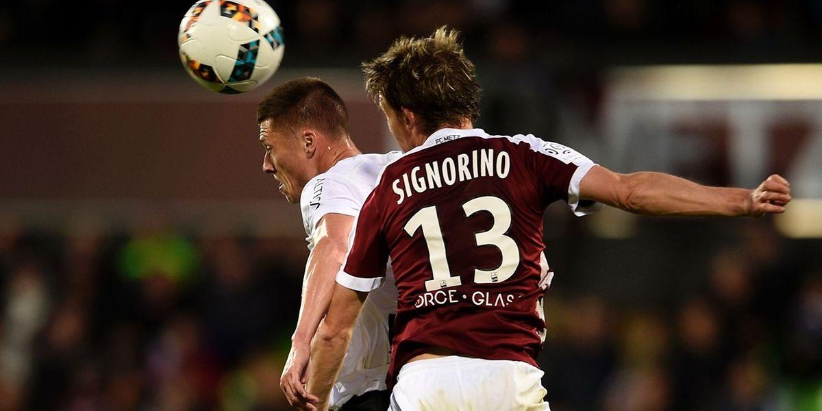 Franck Signorino intervient devant Jonathan Delaplace. Les Messins sont passés deux fois devant Caen, mais ils ont fini par concéder le nul.