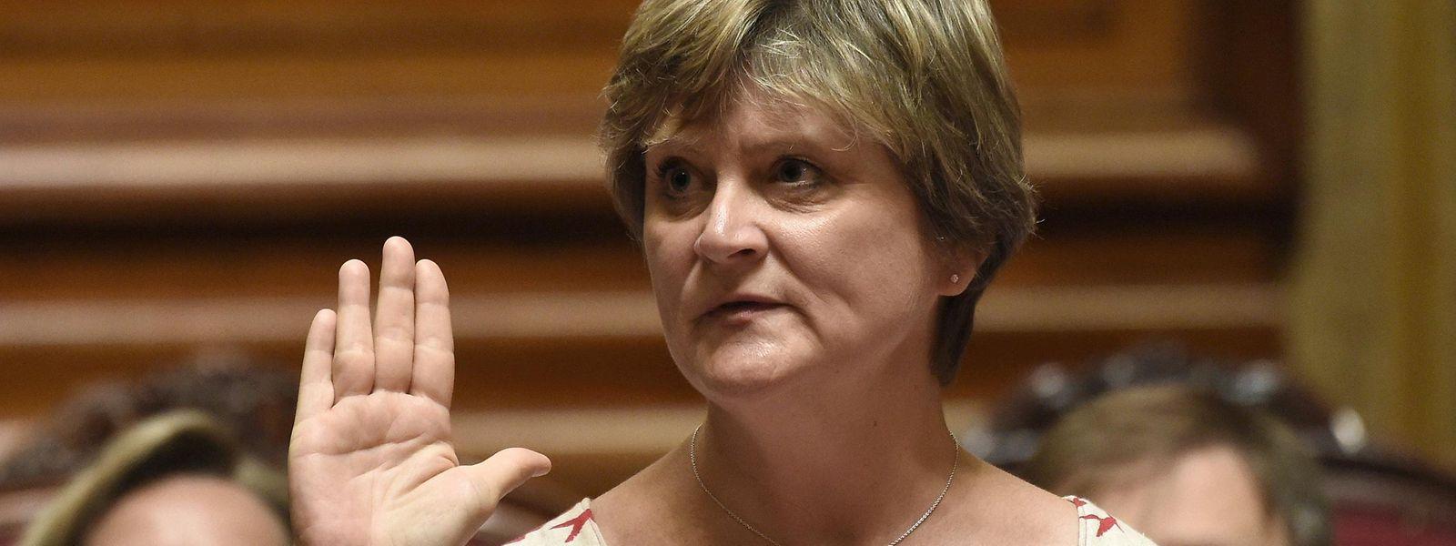 La libérale francophone Sabine Laruelle est en effet la première femme adoubée par un souverain belge pour tenter de dégager les pistes susceptibles de mener au futur gouvernement fédéral.