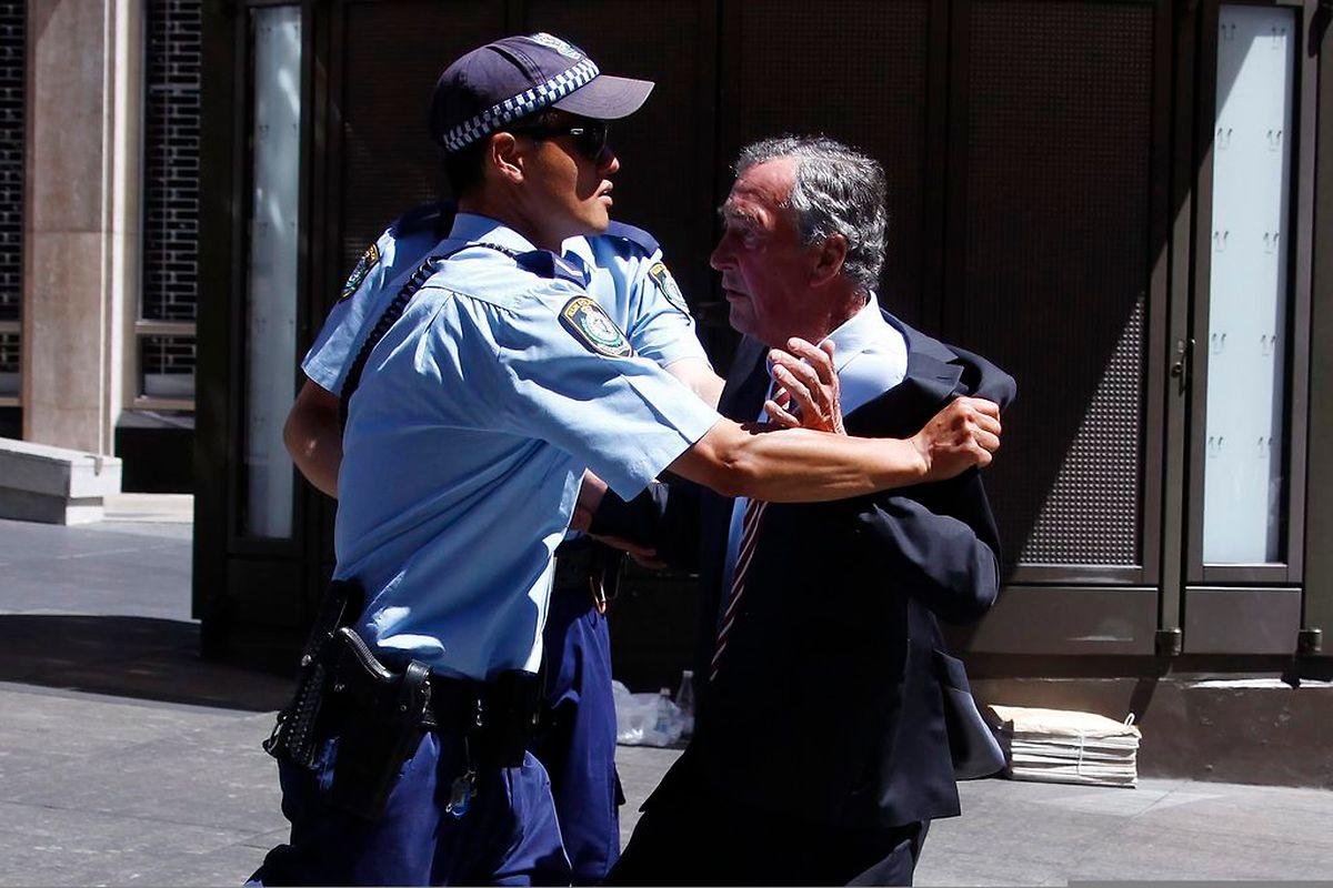 Polizisten mussten Passanten teilweise mit Gewalt vom Tatort entfernt halten.
