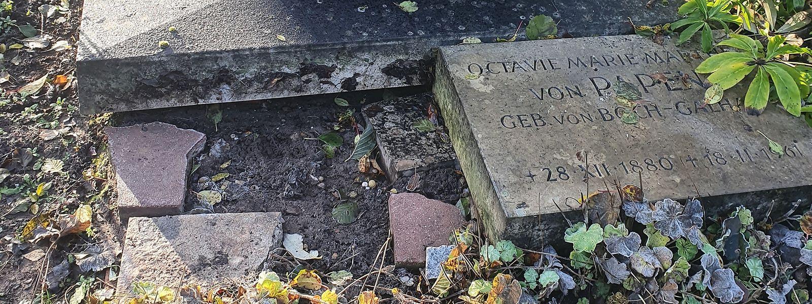 An der Stelle, wo Franz von Papens Grabstein liegen sollte, klafft eine Lücke im Boden.