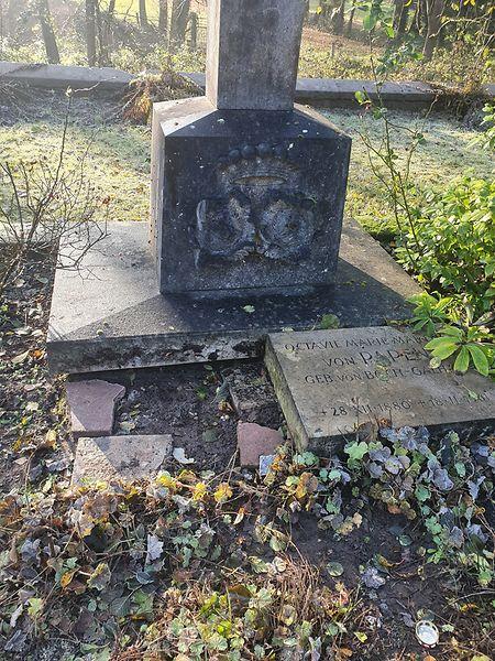 Die Grabplatte von Franz von Papen ist aus seinem Grabmal auf dem Friedhof Wallerfangen-Niederlimberg herausgehebelt worden.