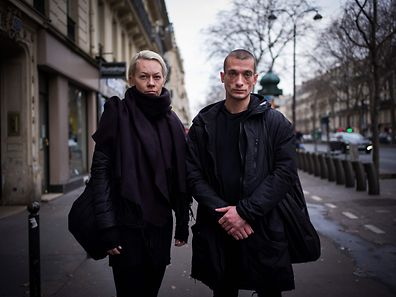 Russian artist Piotr Pavlenski (L) and his wife Oksana Chaliguina (R) pose on January 16, 2017 in Paris.  Pyotr Pavlensky has fled Russia and is seeking political asylum in France after being questioned by Russianauthorities on allegations of committing a sex crime. / AFP PHOTO / MARTIN BUREAU