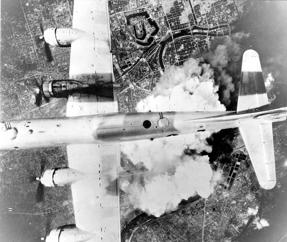 O bombardeiro B-29 sobre Osaka a 1 de junho de 1945.