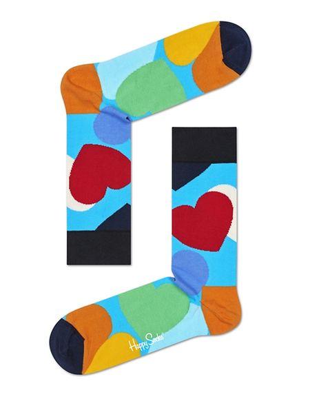 """(mij) - Von Kopf bis Fuß auf Liebe eingestellt: Love ist nicht nur """"in the air"""", sondern auch an den Füßen - zumindest dann, wenn Sie ein Paar Socken mit bunten Herzen tragen, das mit viel Liebe von Ihrem Schatz ausgewählt wurde. Geschenkebox mit drei Paar Socken von Happy Socks, um 25 Euro."""