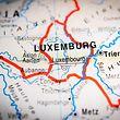 luxemburg, luxemburg, abbilden, abbildung, kartografieren, landkarte, stadtplan, ausreisen, bereisen, fortpflanzen, reisen, anblick, anschauen, ansicht, ausicht, fernsicht, sehen, sicht, view, anzeichen, gebarde, gebardensprache, gebärde, gebärdensprache, hinweistafeln, sonderzeichen, sternzeichen, tierkreiszeichen, unterschreiben, unterzeichnen, vorzeichen, zeichen, zeichensprache, schriftsymbol, symbol, zeichen, einfach, einfache, simpel, makro, illustration, kartografie, kartographie, eu, fremdenverkehr, tourismus, touristik, erdkunde, geografie, geographie, hintergruende, hintergrund, schreibtischhintergrund, anstecker, bolzen, fesselung, geheimzahl, heftzwecke, nadel, persönliche identifikationsnummer, pin, pin code, pin nummer, pinnadel, stecknadel, stift, isolierte, bau, beerdigen, boden, erd, erdbau, erde, erden, erdloch, grund, land, europäer, europäerin, europäisch, europäische, europäischer, europäisches, grafisch, grafisch graphisch, grafische, grafisches, graphik, graphisch, bild, ikone, ikonen, symbol, erd, erde, welt, staaten, stadt, internatbewohner, globale, drogenrausch, reise, stolpern, trip, erd, erdball, erde, erdkugel, globus, weltkugel, europa, gross, grossartig, grossbuchstabe, groß, großartig, großbuchstabe, haupt, kapital, kapitell (FOTO: SHUTTERSTOCK)