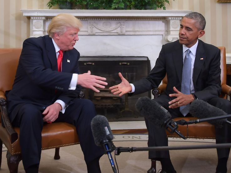 US President Barack Obama and Republican President-elect Donald Trump shake hands during a transition planning meeting in the Oval Office at the White House on November 10, 2016 in Washington,DC.  / AFP PHOTO / JIM WATSON