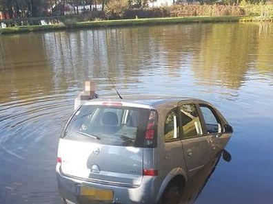 Les pompiers ont eu recours à une grue pour extraire la voiture de l'étang.