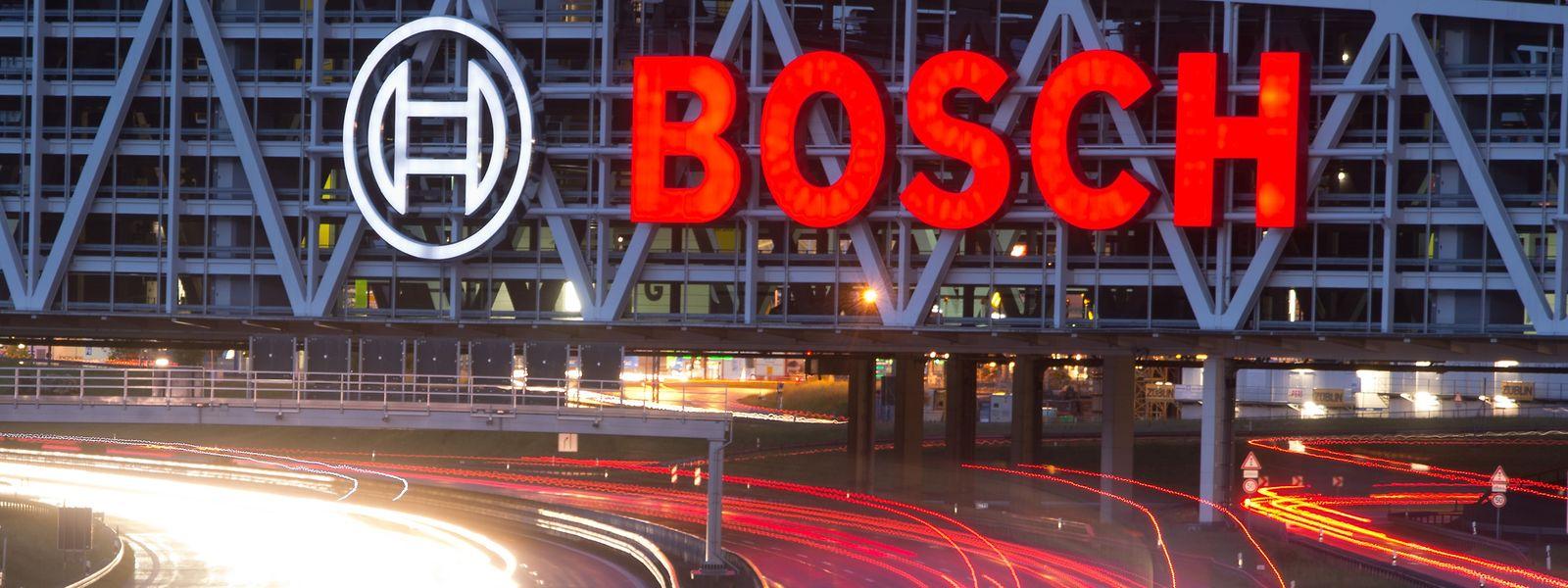 Stuttgart: Autos fahren auf der Autobahn A8 unter einer Brücke mit dem Bosch-Logo entlang.